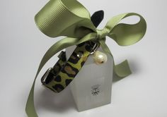 Leather collar for pets animalier print with baroque freshwater pearl and green grosgrain ribbon