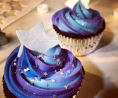 TARDIS Blue Velvet Cupcakes with Galaxy Cream Cheese Frosting Preheat oven to 350 degrees and prepare cupcake pan with paper liners. I love these cupcakes ! Galaxy Cupcakes, Galaxy Cake, Space Cupcakes, Cupcake Recipes, Cupcake Cakes, Dessert Recipes, Cup Cakes, Cupcake Icing, Cupcake Ideas