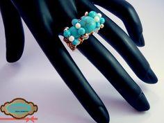 Código: anillo-0003 Anillo de base tejida de oro laminado, con turquesas de diferentes tamaños. #rings