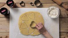 Con unos cortadores de galleta,  vamos cortando la masa.