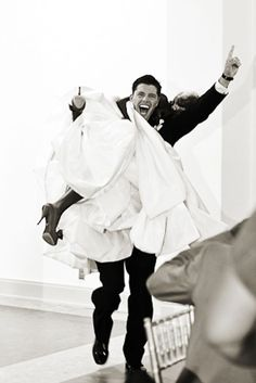 Adoro questa foto dello sposo che porta la sua sposa sulla spalla! Gorgeous picture bridegroom carrying bride over shoulder.