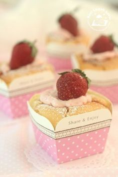 Strawberry Hokkaido chiffon cupcakes 草莓北海道牛奶蛋糕