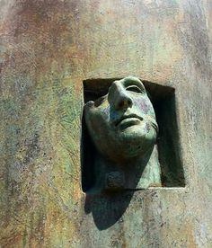 moderno e antico creando uno scenario fantastico ...Mitoraj ha incantato con le sue sculture  il Vesuvio mostra notevole in mezzo alle rovine antiche di Pompei