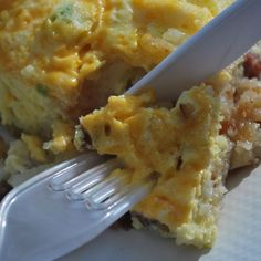 Dutch Oven Breakfast Casserole - Thanks for the recipe, Kathy Christian (dutch oven master). and for feeding us last weekend! Dutch Oven Breakfast, Camping Breakfast, Dutch Bros, Camping Dishes, Camping Meals, Camping Songs, Dutch Oven Recipes, Cooking Recipes, Oven Cooking