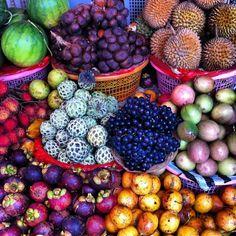 Un marché de fruits à Bali.. Des couleurs qui donne envie et des fruits que l'on aimerait bien goûter, pas vous ?!