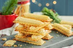 Klassiske bordstabelbakkels hører med til jul. De lekre småkakene er enkle å lage smaker himmelsk til kaffe. Her er trikset som gjør bakingen til en lek. Onion Rings, Holiday Treats, Cheesecakes, Cake Recipes, Carrots, Icing, Bread, Cookies, Vegetables