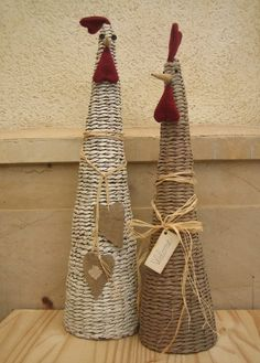 If you are a super fan of using newspaper for crafting you are going to adore this ultimate list of newspaper craft ideas. Crafts To Sell, Diy And Crafts, Diy Y Manualidades, Paper Weaving, Newspaper Crafts, Paper Basket, Egg Art, Diy Paper, Basket Weaving