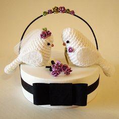 Crocheted Bird Wedding Cake Topper. Too cute! Topo de bolo #1 by Maria Handmade