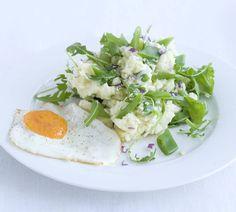 Dit recept is voor 4 personen Aantal kcal: 445 p.p.  Zo maak je het! Kook de aardappelen in een bodem water met zout in 20 min. gaar.  Kook de snijbonen in 8-10 min. beetgaar. Smelt in een koekenpan de boter. Bak met de eieren 4 spiegeleieren, bestrooi ze met zout en peper.  Giet de aardappelen af en stamp ze met de crème fraîche fijn. Schep er de ui, de snijbonen en de rucola door. Breng op smaak met zout en peper.  Verdeel de stamppot over 4 borden en leg er een spiegelei bij.