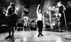Не так давно московская альтернативная команда aliceBlue обнародовала обложку и трек-лист предстоящего альбома группы – «Инфинитив», состоящий из 14 композиций.  Релиз состоится уже скоро, 8 ноября, а несколькими днями ранее группа отправится в #ИНФИНИТИВТУР2016 в его поддержку.    Тур группы пройдет по 8 городам России, включив в себя 9 концертных выступлений, в том числе и одно акустическое: 05 ноября – Тула @ M2 - 16 DARK AUTUMN CORE FEST II https://vk.com/dacfest.tula2016 aliceBlue: 11…
