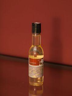 Das Gel reinigt die Haut und vermittelt ein angenehmes Gefühl der Entspannung. Dank der enthaltenen Polyphenole wird die Haut vor Schäden, die durch freie Radikale entstehen, geschützt. Whiskey Bottle, Drinks, Bad, Wine, Cleaning, Drinking, Beverages, Drink, Beverage