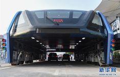 道路をまたいで走る立体バス「TEB」試作車が公開