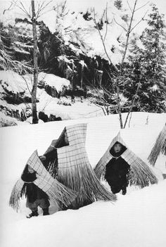 """Snow country children going to a New Year's event, covered in straw capes to protect them from the weather"" Niigata, Japan. Photo by Hiroshi Hamaya 1956 × Source:. Niigata, Old Photos, Vintage Photos, Art Occidental, Illustration, Alphonse Mucha, Foto Art, Magnum Photos, People Of The World"
