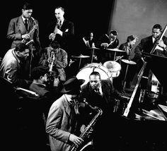 L'orchestra di Count Basie, in primo piano Lester Young e Basie, 1945
