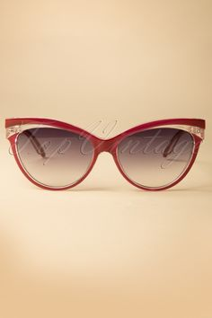 These Judy Classic 50s Sunglasses in Burgundy by Collectif are so pretty! Stylish cat-eye style with a playful contrasting burgundy / sheer detail on top. The poly carbon lenses feature a grey coating and offer UV-protection during those lovely sunny days. The perfect finishing touch to your retro outfit ;-)Available in several colours!