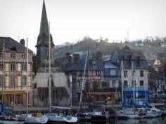 Honfleur - Voiliers du Vieux Bassin (port de plaisance), église Saint-Étienne abritant le musée de la Marine, et maisons du quai Saint-Étienne