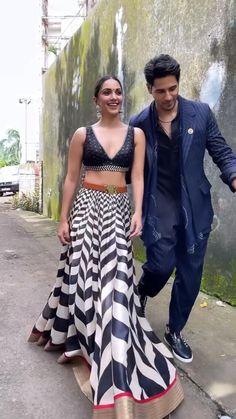 Best Love Lyrics, Cute Song Lyrics, Cute Love Songs, Beautiful Girl Dance, Beautiful Songs, Best Video Song, Best Songs, Bollywood Couples, Bollywood Stars