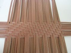 Inkle Weaving, Paper Weaving, Newspaper Basket, Newspaper Crafts, Types Of Weaving, Smocking Patterns, Paper Mache Sculpture, Plate Art, Basket Decoration
