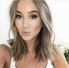 We know the ash blonde hair color! Yellow hair color is one of the colors that fits all women. Medium Short Hair, Medium Hair Cuts, Medium Hair Styles, Short Hair Styles, Medium Length Hair Blonde, Medium Bobs, Spring Hairstyles, Blonde Hairstyles, Easy Hairstyles