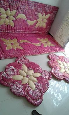 Bow Pillows, Cheap Pillows, Diy Craft Projects, Diy And Crafts, Sitting Arrangement, Denim Rug, Sewing Stuffed Animals, Ribbon Work, Silk Ribbon Embroidery