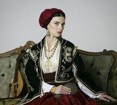 Traditional Art, Traditional Outfits, Greek Culture, Joan Smalls, Folk Dance, Pretty Dresses, Greece, Sari, Costumes
