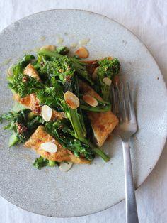 ポイントは「焼き」。うっすらと菜の花に焦げ目がつく程度にじっくりと焼き上げる最中は、必要以上にいじらないのがコツ。|『ELLE gourmet(エル・グルメ)』はおしゃれで簡単なレシピが満載!