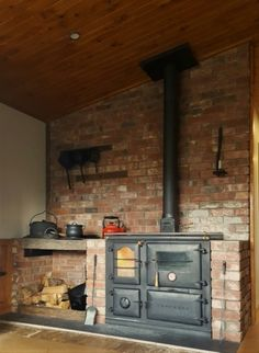 Wood Burning Cook Stove, Wood Stove Cooking, Antique Wood Stove, How To Antique Wood, Home Decor Kitchen, Rustic Kitchen, Rustic Ovens, Sustainable Building Design, Home Decor