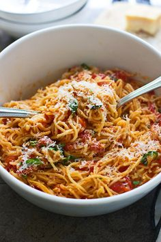 One Pot Summer Tomato Pasta - Super easy and a perfect way to use up summer's surplus of tomatoes!