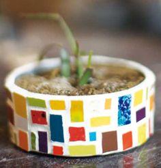 macetas con latas y mosaicos