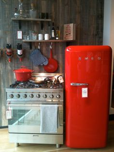 Poppytalk: Red + Smeg = Love Love this red Fridge! Smeg Kitchen, Smeg Fridge, Kitchen Dining, Kitchen Decor, Kitchen Cabinets, Kitchen Small, Retro Refrigerator, Retro Fridge, Sweet Home