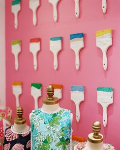 Repurposed paint brushes in Lilly Pulitzer store display. For my craft room? Store Concept, Pretty Things, Store Window Displays, Booth Displays, Retail Displays, Store Windows, Art Party, Wall Treatments, Store Design