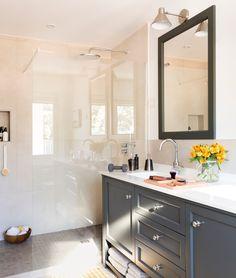 00458356. Baño con ducha con mampara fija y mueble bajolavabo de madera negro 00458356