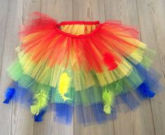 Tutu con plumas para niña Marca: Lil Material: tul de colores con brillos y plumas