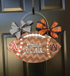 House Divided football door hanger, would be great for Eagles vs. Football Door Hangers, Fall Door Hangers, Burlap Door Hangers, House Divided Football, Wood Crafts, Diy Crafts, Football Crafts, Sport Craft, Front Door Decor