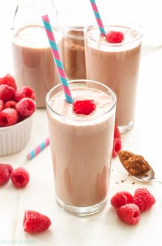 Chocolate milk, raspberries and Greek yogurt make this protein-packed Chocolate Raspberry Smoothie the perfect post-workout drink! Raspberry Smoothie, Smoothie Drinks, Fruit Smoothies, Smoothie Bowl, Healthy Smoothies, Smoothie Recipes, Drink Recipes, Simple Smoothies, Protein Recipes