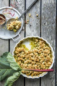 Smuldrepai er herlig enkelt - og ingenting er bedre enn smuldrepai med rabarbra i sesong. Syrlig, søtt og sprøtt! Rhubarb Cake, Chana Masala, Strawberry, Ethnic Recipes, Desserts, Food, Pai, Tailgate Desserts, Deserts