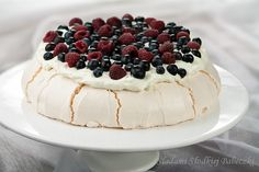 Melt in your mouth meringue Pavlow, crispy outside, foam inside. With whipped cream and fruit. Apple Ingredients, Meringue Pavlova, Potato Flour, Dacquoise, Cream And Sugar, Whipped Cream, Chocolate Cake, Raspberry, Bolo De Chocolate