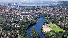 Nissan rinner genom centrala Halmstad och ut i Laholmsbukten.