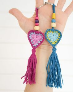 Llavero Boho de ganchillo Crochet Art, Crochet Gifts, Cute Crochet, Crochet Motif, Crochet Toys, Crochet Patterns, Crochet Keychain Pattern, Crochet Necklace, Hello Kitty Crochet