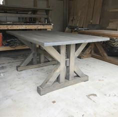 This French Farmhouse Table can be made easily with these free farmhouse table plans. This easy step by step tutorial shows you how to create this French farmhouse dining table. Dinning Table With Bench, Diy Dining Room Table, Dining Table Design, Table Bases, Dining Tables, Coffee Tables, Farmhouse Table Plans, Farmhouse Kitchen Tables, Diy Kitchen