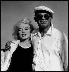 """1958 / Sur le tournage du film """"Some like it hot"""". / INFO ? ou INTOX ? / """"Certains l'aiment chaud et Marilyn"""" par Tony CURTIS... """"- Vous avez vu cette fille ? - Ouais, ai-je répondu. Je l'ai vue. Comment aurait-on pu ne pas la remarquer ? Elle était à tomber, avec un chemisier translucide qui laissait entrevoir son soutien-gorge. Tandis qu'elle longeait l'immeuble des scénaristes, des têtes se sont penchées aux fenêtres, dans des positions insensées. Sa beauté donnait l'impression qu'elle…"""