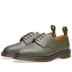 Tapping into the workman's uniform trend, British footwear maker Dr. Martens collaborate with Engineered Garments on a capsule collection that reissues their iconic 1461 shoe.  Reworking the icon into a modern utilitarian silhouette, EG's founder Daiki Suzuki adds subtle touches such as an asymmetrical vamp and eyelets that sport a half traditional, half ghillie loop. Maintaining some of the classic detailing, the traditional details include scripted heel loop, iconic yellow stitching and…