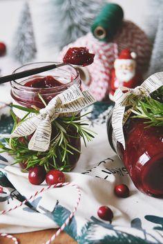 Weihnachtsgeschenke aus der Küche - Rezept für weihnachtliche Cranberry Marmelade mit Zimt   Culinary Christmas Gift - Spicy Cranberry Jam Recipe   luziapimpinella.com Canning Labels, Handmade Christmas, Bakery, Table Decorations, Fruit, Handmade Gifts, Food, Advent, Jam Jam