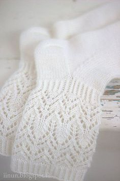Beautiful and delicate lace pattern makes these socks wonderfully romantic! Diy Crochet And Knitting, Crochet Socks, Loom Knitting, Knitting Socks, Baby Knitting, Knitted Slippers, Knitting Machine, Vintage Knitting, Crochet Granny