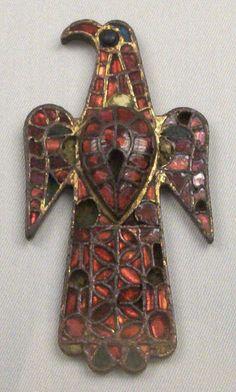 Fíbula aquiliforme  .  Eagle-shaped Visigothic fibula.     Fibulae (singular: fibula) are brooches that were made popular by Roman military campaigns.