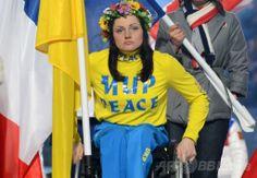 フィシュト五輪スタジアム(Fisht Olympic Stadium)で行われたソチ冬季パラリンピック閉会式で行進するウクライナの旗手(2014年3月16日撮影)。(c)AFP/KIRILL KUDRYAVTSEV ▼17Mar2014AFP|ソチ冬季パラリンピックが閉幕 http://www.afpbb.com/articles/-/3010425 #Sochi2014 #Paralympic