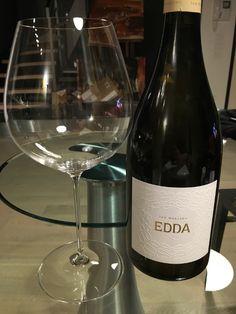 Dalle suggestive e ammalianti terre salentine viene Edda, ultima creazione delle Cantine San Marzano, un Salento Bianco Igt prodotto in sole 4667 bottiglie dall'annata 2014.