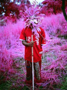 Protection, richard Moose  Kivu, RDC, 2012 ses clichés ne sont pas que guerres, incendies ou ruines. Il cherche une lumière qui nimbe les désastres et les petites joies du quotidien. Il utilise une pellicule Kodak aerochrome, film à sensibilité infrarouge pur détecter la végétation, les camouflages et étudier les ressources terrestres.