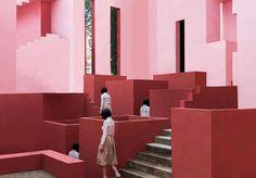 Minimalist Architectural Photography by June Kim & Michelle Cho June Kim sest lancée dans un projet photographique avec Michelle Cho. Pour cette série les deux artistes ont su créer un univers très esthétique où les modèles paraissent figées au beau milieu de structures architecturales colorées et minimalistes tout en géométrie. #xemtvhay