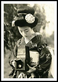 Maiko Hatsuko with Camera, 1920 / source: retro-vintage-photography Girls With Cameras, Old Cameras, Vintage Cameras, Famous Photographers, Vintage Pictures, Vintage Beauty, Vintage Photography, Old Photos, Poster